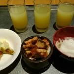 114033120 - 3種のリンゴジュースと海鮮丼
