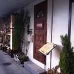 カンパネルラ - 薪ストーブ用の薪が積んである。蕎麦屋の横が入り口です。