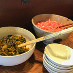 博多らあめん てん - 卓上にはドーンと辛子高菜と紅ショウガ」。