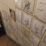 老李 - 階段にはサインいっぱい。