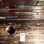 アンデパンダン - ホットコーヒー・450円 煉瓦の色味と漆黒の珈琲は好相性