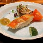 神楽坂 鉄板焼 中むら - 金目鯛のポワレ 大長茄子(ムラメ、茗荷、白髪葱、大葉)とフルーツトマトの含め煮添え 焼き茄子のソースで 酢橘と一緒に