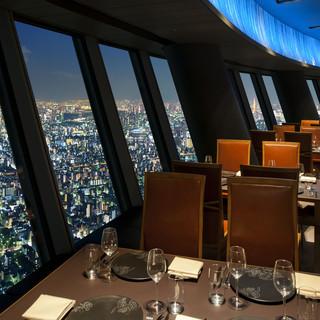 地上345mの絶景!昼と夜、2つの顔をもつ天空レストラン
