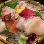 Hamanoki - 敷きつめられた砕氷が涼しげ。蛸・烏賊の透明感が残っているのが新鮮さの証。