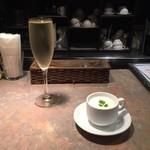 114117054 - スパークリングワインと桃の冷製スープ