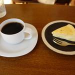 114138191 - ブレンドとチーズケーキ