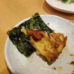 伊家 - 韓国海苔にチャンジャを添え、チヂミを食べる。