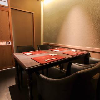 凛とした空気の満ちる店内で、潔く洗練された個室席