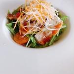 ビストロ ル・ボントン - サーモンのたたきのサラダ仕立て ラビゴットソース