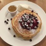 クリントン・ストリート・ベイキング・カンパニー - ラズベリーチョコレートチャンクパンケーキ  ラズベリーキャラメルソース
