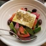 114149102 - グリークサラダ フェタスタイルチーズ、キュウリ、トマト、ラディッシュ、オリーブ