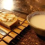 手造り食の店しもだ - 自家製パン(ジャガイモと玉ねぎをのせて)、じゃがいもの冷製スープ