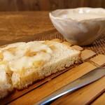 手造り食の店しもだ - ②じゃがいもの冷製スープと、じゃがいもと玉ねぎをのせた自家製パン