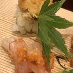 味享 - 奥が鱧の押し寿司、手前が縞海老と頭の味噌のせ。味噌はお出汁で軽く伸ばしてサラマンダーかな?