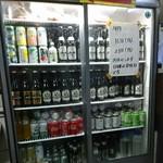 馬場ホルモン - 飲み物はこの冷蔵庫から選びます