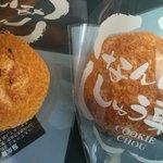 長崎堂 - クッキーシュー。左はゴマ付き。
