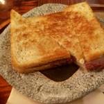 114213240 - クロックムッシュ(備長炭で焼いた豚肉とスイス産グリュイエールチーズの焼きサンドウィッチ)単品700円
