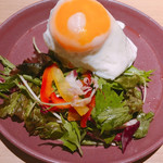 博多焼き鳥・野菜巻き・もつ鍋 かつぎや - 目玉焼きポテトサラダ(いぶりがっこ) 580円