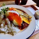 ボーダレス ラウンジ - 料理写真:イノシシ肉のカレー(温玉プラス)