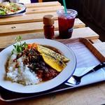 ボーダレス ラウンジ - 友人が注文したのはイノシシ肉のタコライス(温玉プラス)