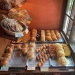 114229670 - こんな狭いスペースにたくさんのパン達!