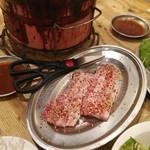 炭火ホルモン焼肉ばりき屋 - 厚切りの豚カルビ