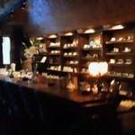 カフェ・デ・プリマベーラ - ここはカウンター席。中は洞窟のような雰囲気