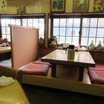 味処 つくし - お店は小上がりとカウンター、テーブル席という如何にも定食屋さんって感じのノスタルジックな感じのお店です。