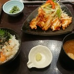 おひつごはん四六時中 - 鮭・海老丼と鶏の唐揚黒酢がけ定食