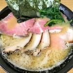 114269952 - 実に美味いスープ                       横浜家系ラーメン+ローストポーク+燻製吊るし焼き                       1100円