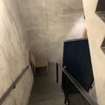 鮨 由う - 階段おります。