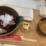 馬刺し専門 大久保商店 - さくらさく丼 モモ