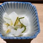 博多焼き鳥・野菜巻き・もつ鍋 かつぎや - ・お通し(柚子こんにゃく)