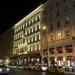 "114299863 - ""Hotel Sacher""の夜外観。"