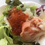 テンクウ - 朝食ビュッフェ2800円。レタス、サーモンマリネ、いくら。大好物のスモークサーモンに加えて、いくら食べ放題!  とても美味しくいただきました(╹◡╹)