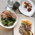テンクウ - 朝食ビュッフェ2800円。第一弾。おかず類は、この写真でほぼ全てです。もう一つのイチオシである数種類のソースも(写真はキノコソースです)とても美味しかったです(╹◡╹)