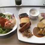 テンクウ - 朝食ビュッフェ2800円。第二弾。右のお皿にある揚げ物は、チキンナゲットです。唐揚げよりもさっぱりして朝食には合うかもしれません。私は朝から唐揚げ派ですが(笑)