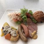 テンクウ - 朝食ビュッフェ2800円。第?弾。サーモンマリネといくら、レタス、この組み合わせで、たくさんいただきました(╹◡╹)。パンも種類は少なめです。