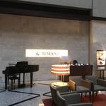 テンクウ - ホテルロビー。レストランは同じフロアにあります。