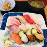 さかな屋 撰鮮 - 握り寿司 北前 2000円 お味噌汁と切り干し大根付き