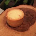 114348841 - 玉葱のタルト。タルト生地を指で皿へ運び、熱々のタルトを注意深く味わいます。