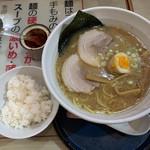食楽 なごみ家 - 料理写真:「なごみラーメン」と無料のライス(小盛り)