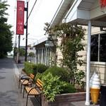 船渡 - 店舗横のベンチが、並ぶ繁盛店を物語ります。