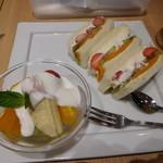 イタガキ フルーツ カフェ - フルーツサンド&ヨーグルトセット