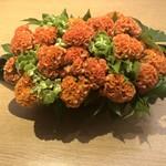 114365128 - いつもながら、テーブルに置かれたお花が綺麗。