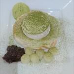 114367336 - 抹茶と白玉のあんこの生クリームパンケーキ1590円、セルフのドリンク2杯込み