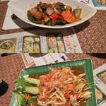 タイ料理サバイ・サバイ - 上がバジル炒めを海鮮で、下がココナツだっけかの皮のサラダ。酸っぱくて甘くて辛いんだ、思い出忘れるほど。