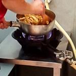 114388291 - 大量のメンマを鍋で炒めてます