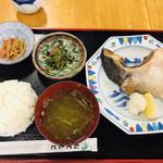 さかな屋 撰鮮 - 本日のお任せ定食 ブリカマ塩焼き980円 ご飯が分かりにくいですが、凄い盛り方で、どこから箸を入れようかと迷い、崩れてこぼれてしまうほどでした。