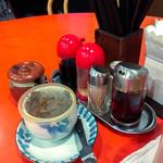 呉園 - テーブル上の調味料と漬物(?)